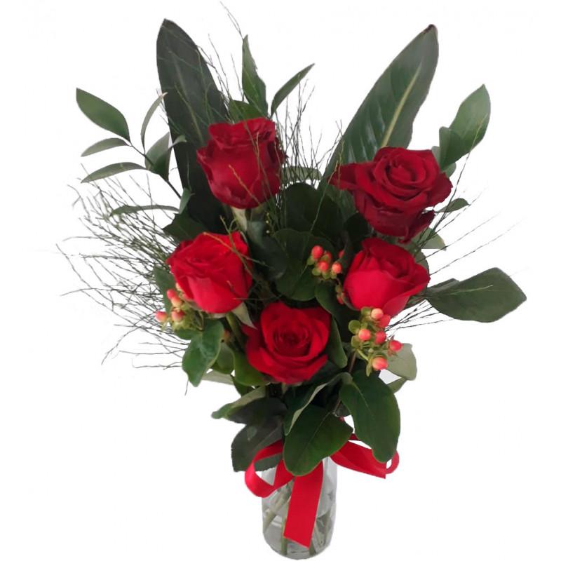 145 Arranjo 5 rosas vermelhas  fechadas