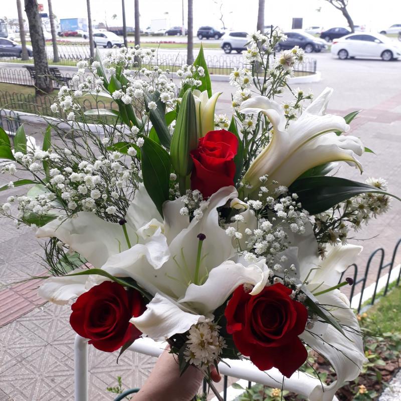 442 Buque 3 Lirios bracos e  3 rosas vermelhas