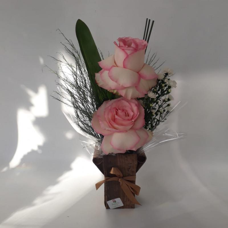 142 Arranjo com rosas carinhosas