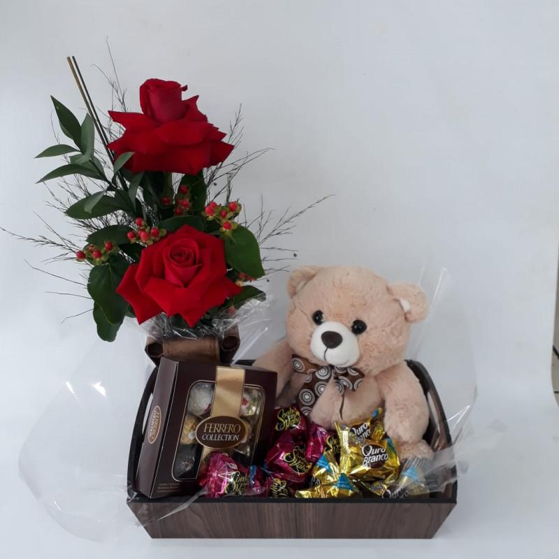 515 Bandeja 1 Arranjo 2 rosas e 1 Urso e Chocolates