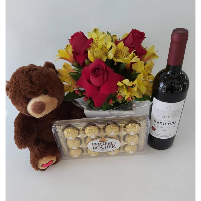 523 Arranjo rosas/ astromelia com Urso , vinho e Chocolate Ferreiro Rocher