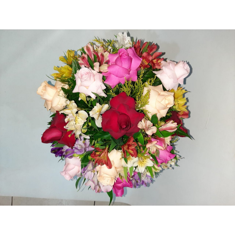 450 Buque 12 Rosas Coloridas Abertas e Astromelias